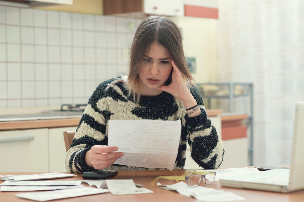 Eine Frau studiert eine Rechnung
