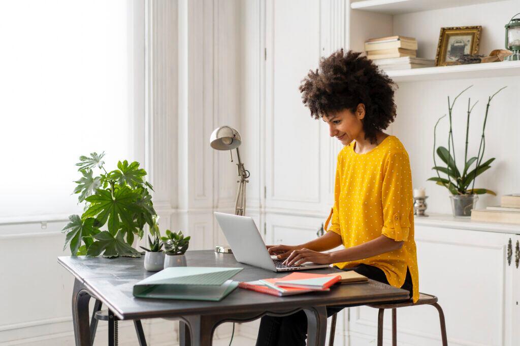 Der perfekte Hintergrund im Home-Office für eine Video-Konferenz