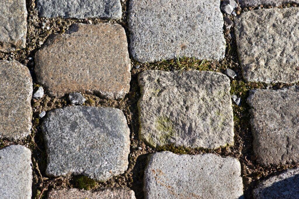 Ein Kopfsteinpflaster aus Natursteinen