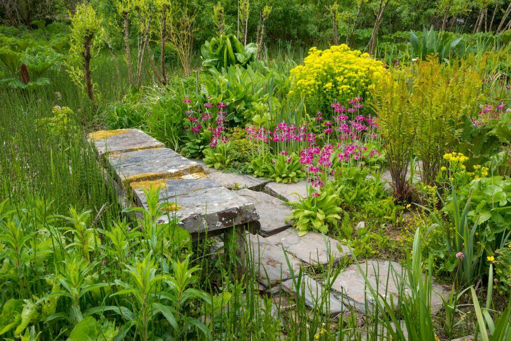 Große Bruchsteine passen gut in einen naturnahen Garten