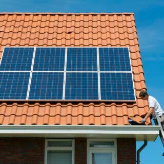 Hausbesitzer sollten in regelmäßigen Abständen das Dach auf Schäden kontrollieren