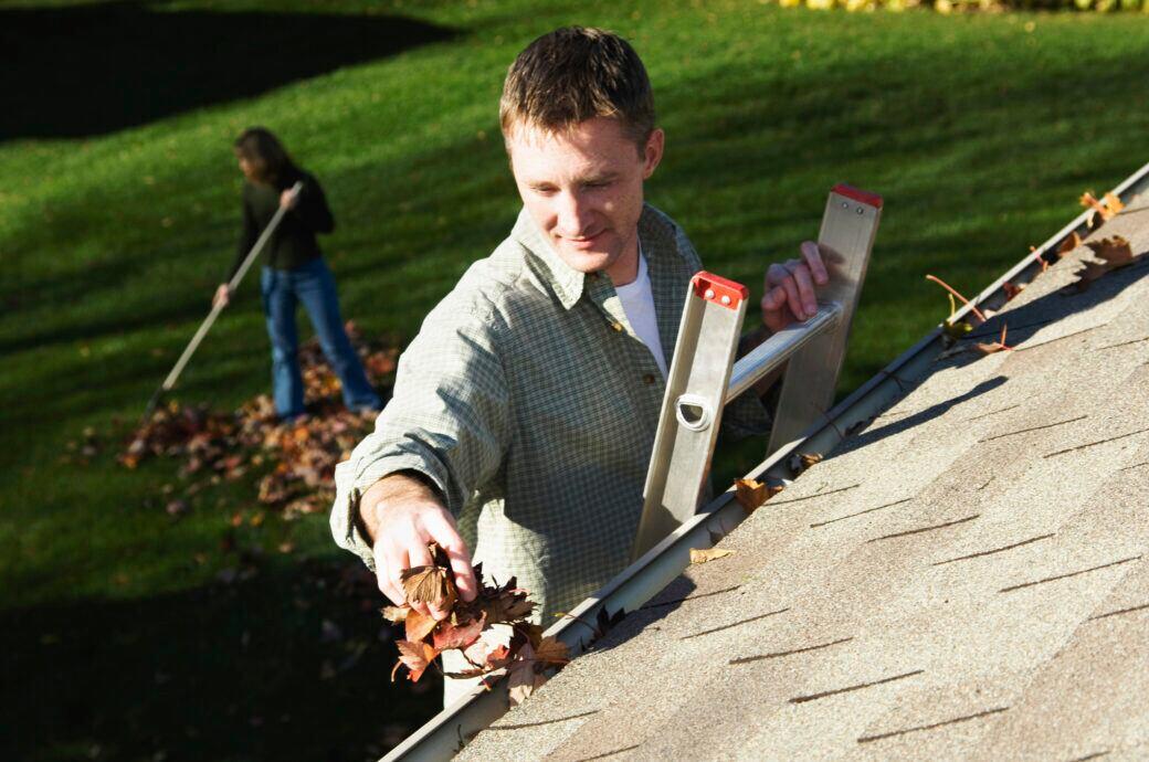 """Eine Leiterkopfsicherung namens """"LeiKoSi"""" wurde bei DHDL vorgestellt und soll beispielsweise das Reinigen der Dachrinne sicherer machen"""