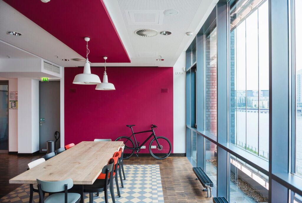 Den Raum mit intensiven Wandfarben verbreitern