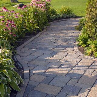 Wenn man einen Gartenweg anlegen möchte, sollte man sich vorab Gedanken über Verlauf und Material machen