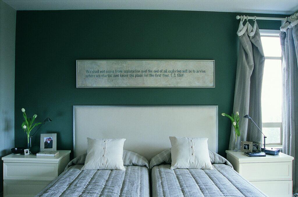 Den Raum mit dunklen Wandfarben weiten