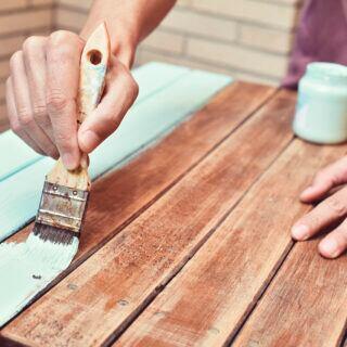 Für ein schönes Ergebnis sollt man vor dem Lackieren die Oberfläche vorbereiten
