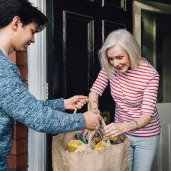 Um Hilfsbedürftige zu schützen, sollten Einkäufe ohne nahen Kontakt übergeben werden – Lächeln ist aber erlaubt