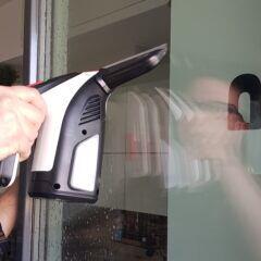 Mit einem Fenstersauger geht das Reinigen leichter von der Hand