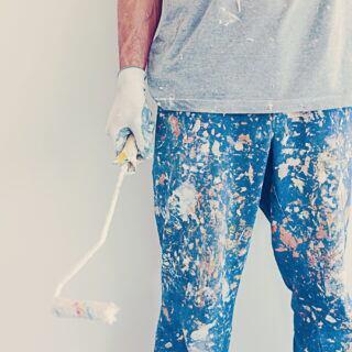 Ein Mann mit Malerhose