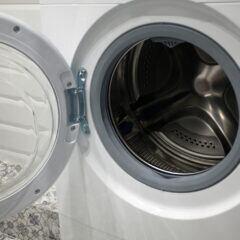 Beim Anschließen der Waschmaschine sollte man darauf achten, dass die Anschlüsse fest sitzen und dicht sind