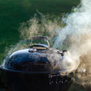 Beim Grillen gibt es einige Tricks, um übermäßigen Rauch zu vermeiden