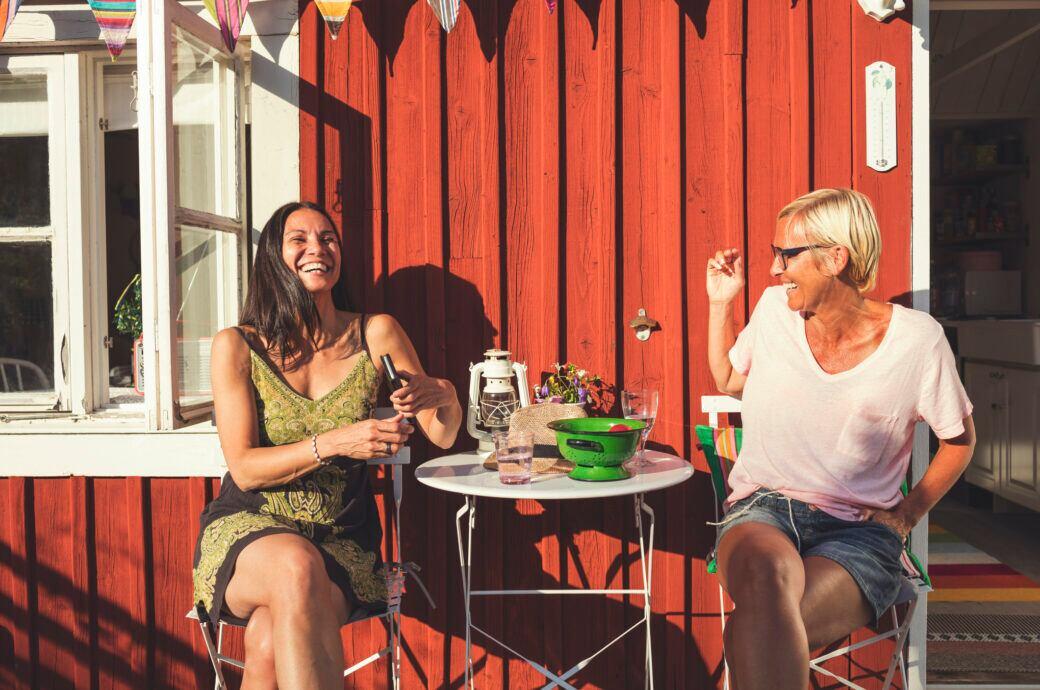 Zwei Frauen beim Besuch im Garten – bei Corona noch erlaubt?