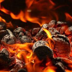 Nahaufnahme brennender Grillkohle