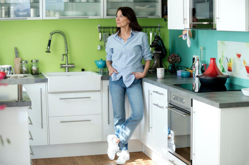 Eine Frau steht in ihrer Küche