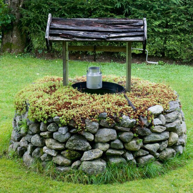 Wer einen Brunnen im Garten bauen möchte, sollte man Faktoren wie Aufwand, Kosten und Verwendungszweck beachten