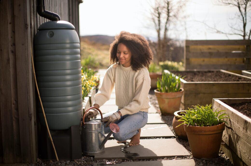 Für Gartenbesitzer gibt es viele Vorteile, Regenwasser aufzufangen und für die Bewässerung zu nutzen