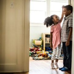 Wie man ein Kinderzimmer für Geschwister am besten einrichtet
