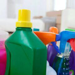 Reinigungsmittel in bunten Flaschen