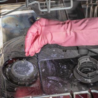 Salz in der Spülmaschine nachfüllen – wie viel und wie geht es?