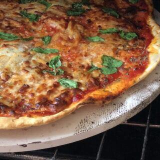 Pizza vom Grill mit einem Pizzastein
