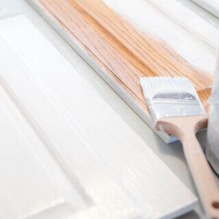 Ein Holzmöbel wird mit weißer Farbe lackiert
