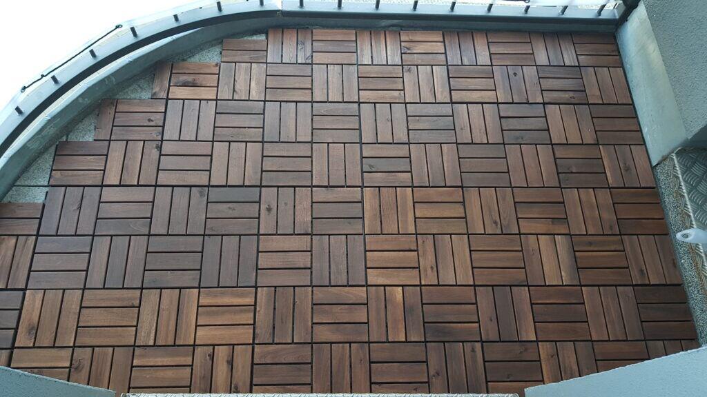 Bodenbelag aus Holz auf dem Balkon