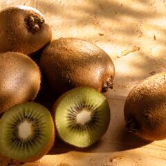 Kiwi im Garten, auf dem Balkon oder auf der Terrasse anpflanzen, pflegen und ernten