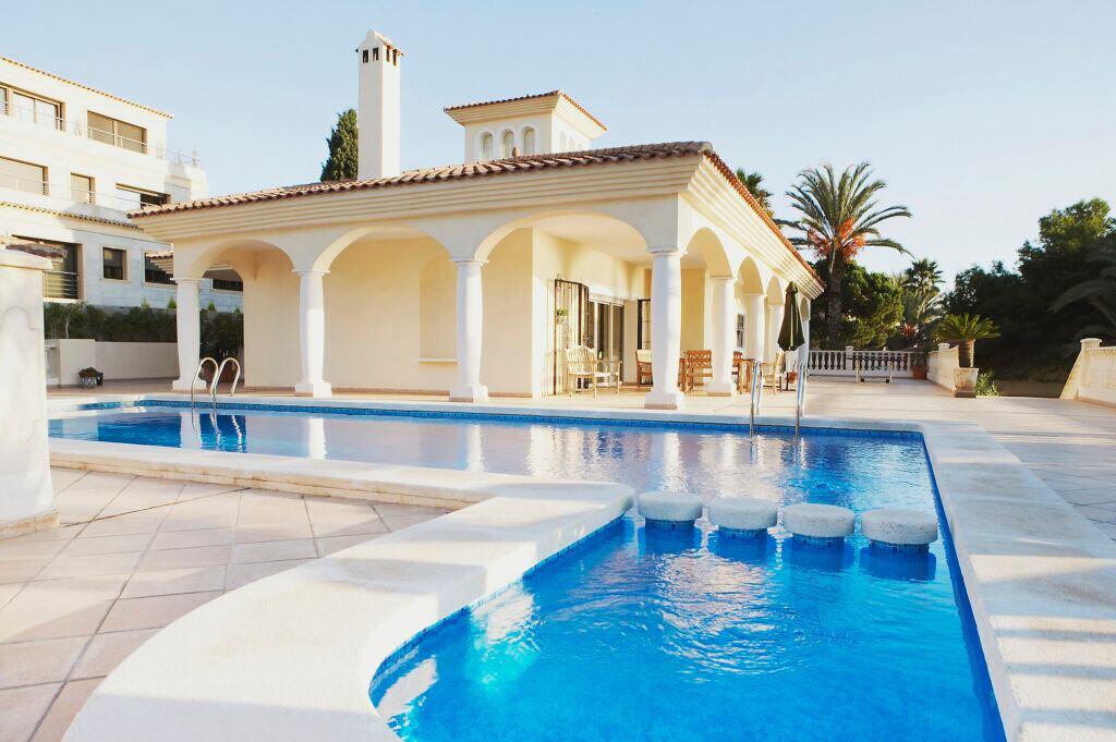 Pool im römischen Stil
