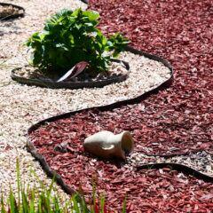 Rindenmulch: Kunstgarten mit Schotter und Rindenmulch
