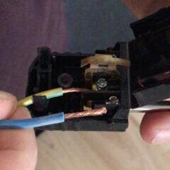 Kabel abisolieren und Adern in Schuko-Stecker anbringen