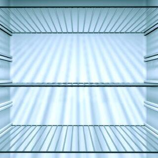 Ein leerer Kühlschrank beim Abtauen