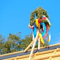 Ein Baum auf dem Hausdach beim Richtfest