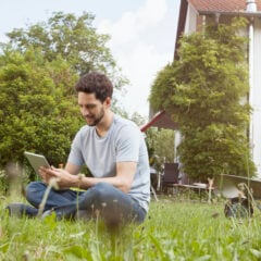 Ein Mann sitzt im Rasen