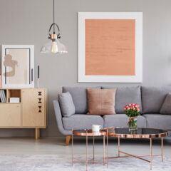 Graues Sofa dekorieren – Tipps von Interior Designerin