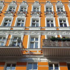 Altbau mit orangener Häuserwand