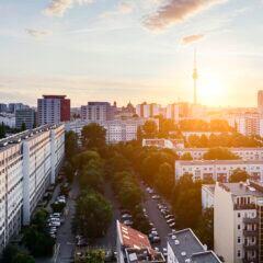 Die Skyline von Berlin mit vielen Immobilien