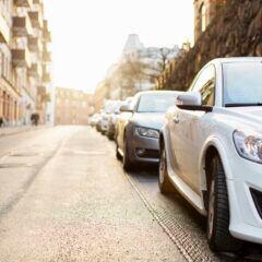 Autos parken an der Straße