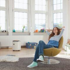 Junge Frau entspannt im Sessel