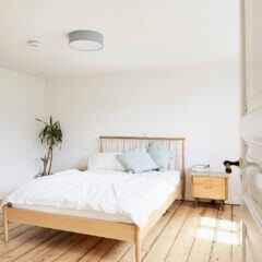 Ein Französisches Bett im Schlafzimmer