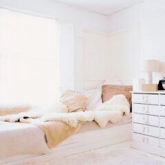Ein Bett mit vielen Schaffellen