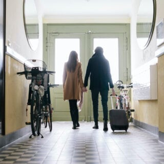 Ein Pärchen und Fahrräder im Hausflur