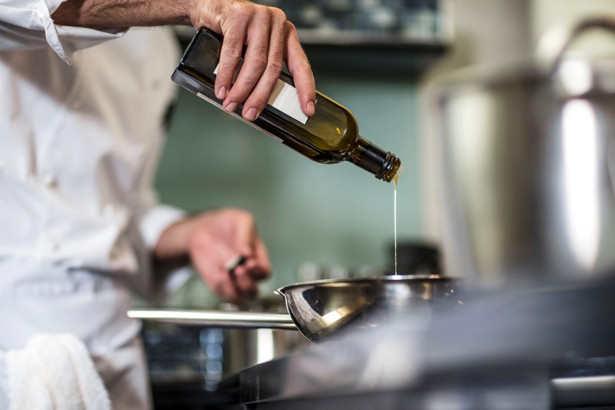 Ölspritzer beim Braten vermeiden – 7 Tipps